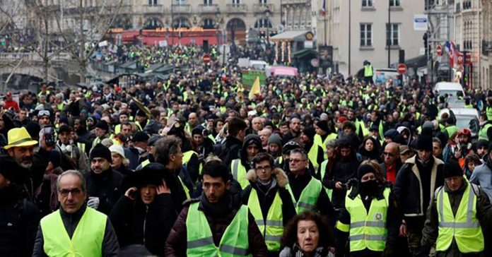 Yellow vests once again gathered in Paris.